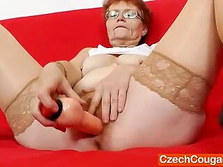 Matusa cu tineri solo with a sex toy