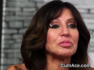 Bombă neobișnuită primește o sarcină spermatică pe fața ei înghițind tot spunkul