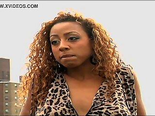 Big Csöcsös Fekete Nő színésznő meztelenül sétál a videó végén
