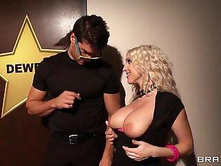 Christie Stevens trece prin securitate și suge pula idolului ei în spatele scenei