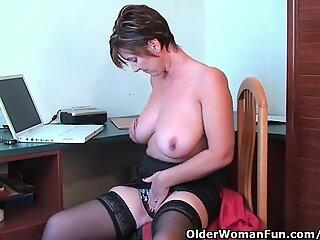 Bunica fantezie își fută pasarica și necioplitul cu vibratoare în apartamentul hotelului