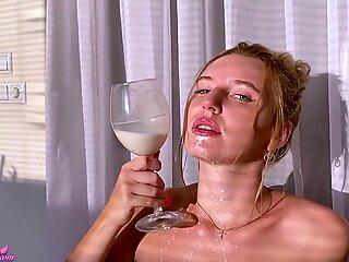 Hottie joacă cu distanța - stimulare manuală și orgasm intensiv