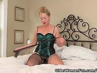 USA gilf Justine gives her furry vulva a treat