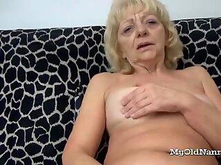 Баба ги разтрива клитор с една играчка