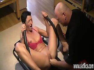 Фистинг на съпругите алчно разпусната вагина