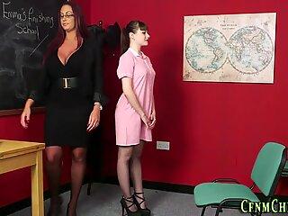 CFNM MILF îl învață pe Tanara în uniformă