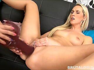 Blondă înșurubând Platinum-blondă Prietenă cu 2 dildo-uri brutale masive în HD