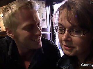 Femeie matur boozed este agatata up pentru sex