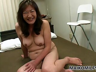 Ronde Maman Salope Michiko Okawa obtient la file d'attente Doigtée et Pompe