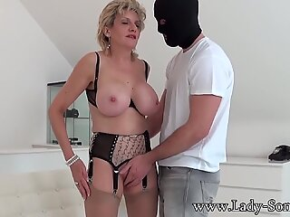 Britanic Mature Lady Sonia suge un bărbat mascat