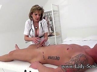 Femeia sonia dă o lovitură, apoi se înșurubează tare