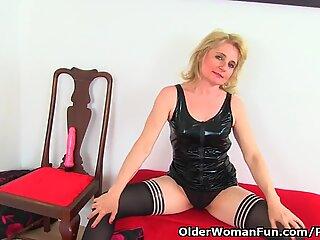 Englezoaice mummy diana își introduce cootchie-ul cu un vibrator roz