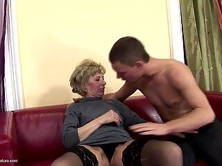 Mama matură cu blană devine sex anal dur de la fiul său