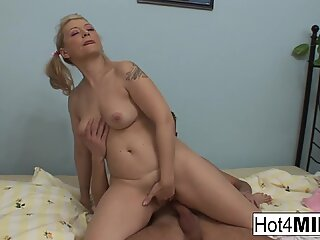 Blonde cougar gets fucked good