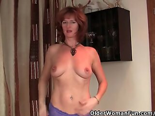 Red-haired matusa cu tineri gets her moist mature pasarica finger fucked by photographer