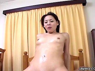 Playful japoneză puicuta tyara slips over the dude