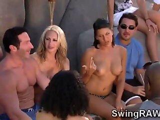 Concursurile erotice îi fac pe cupluri să exciteze în acest spectacol de realitate