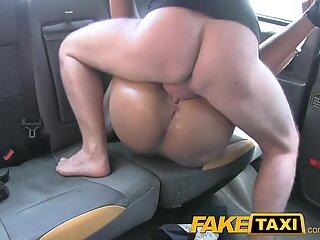 Faketaxi face gargare cu părul negru și o ia în cabină