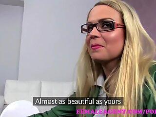 Agent feminin. proaspăt Superbă Matusa cu Tineri agent gata să înșele și să devoreze